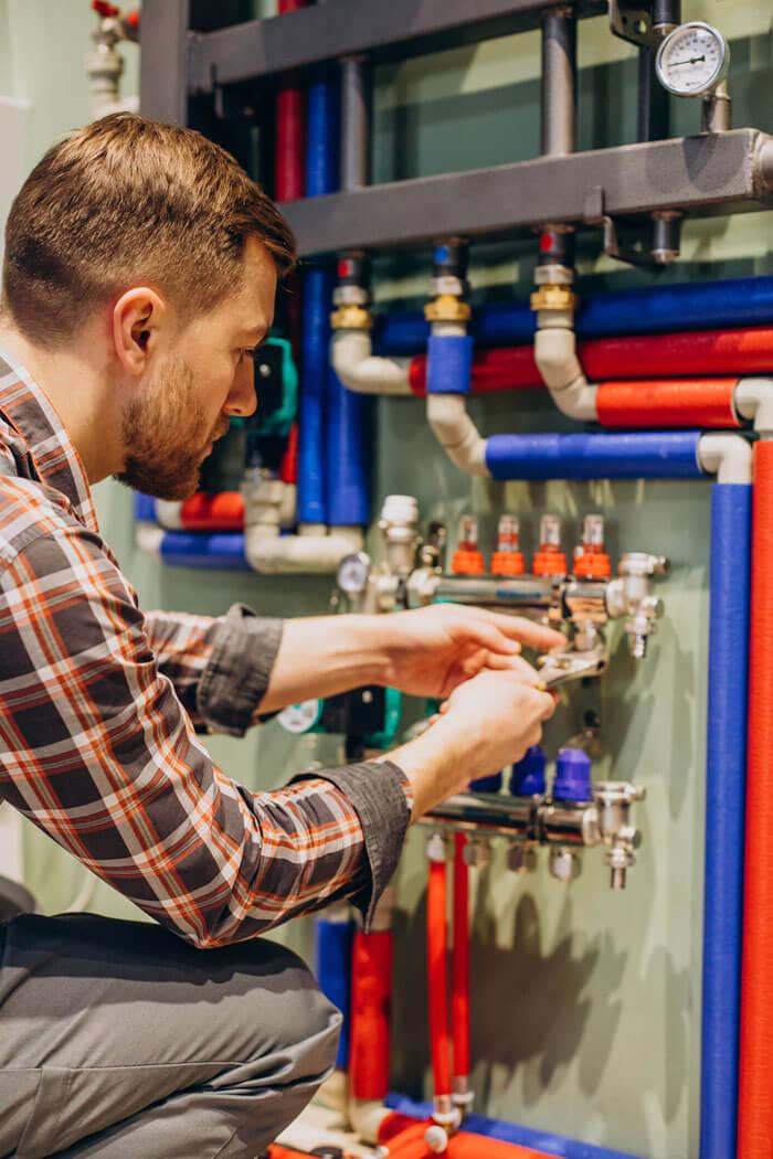 idraulico che monta un impianto