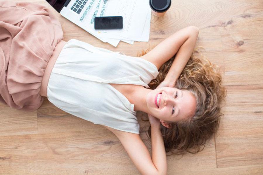 foto di una ragazza che si rilassa con l'impianto di rafrescamento
