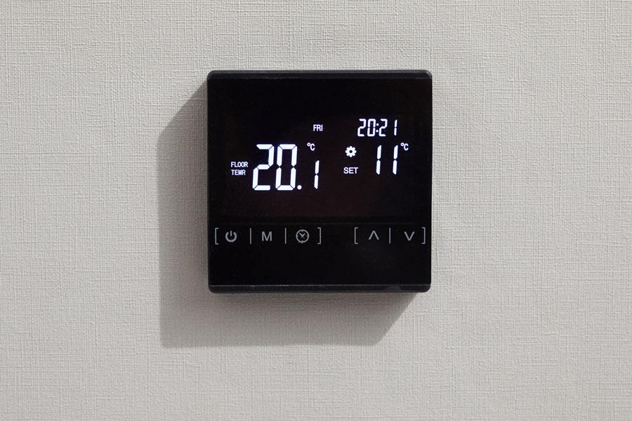 foto di un termostato digitale