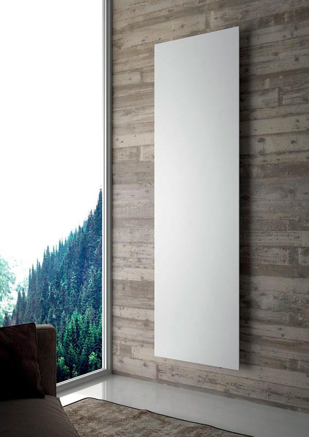 termoarredo bianco su parete in legno